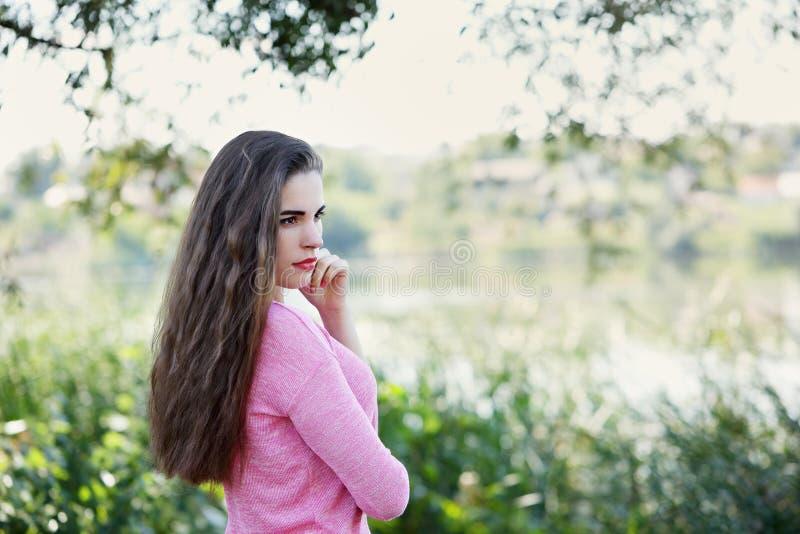 La fille désire ardemment sur la berge photos libres de droits