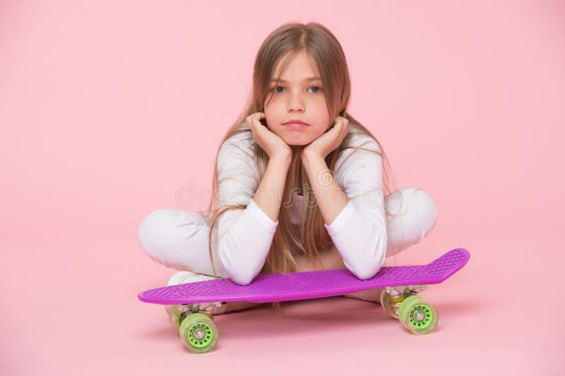 La fille d'enfant détendent le panneau maigre de penny Passe-temps moderne de la jeunesse Concept actif de loisirs Maigre de fill photos libres de droits