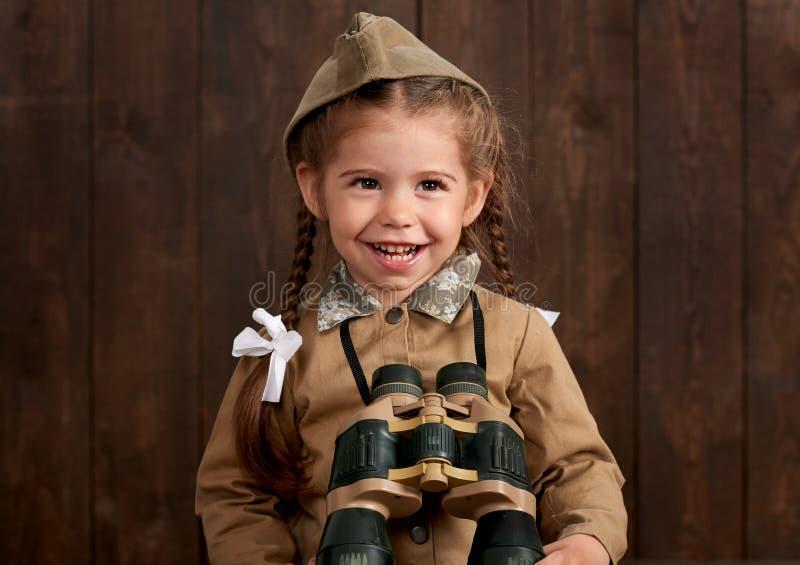 La fille d'enfant sont habillées comme soldat dans de rétros uniformes militaires photo libre de droits