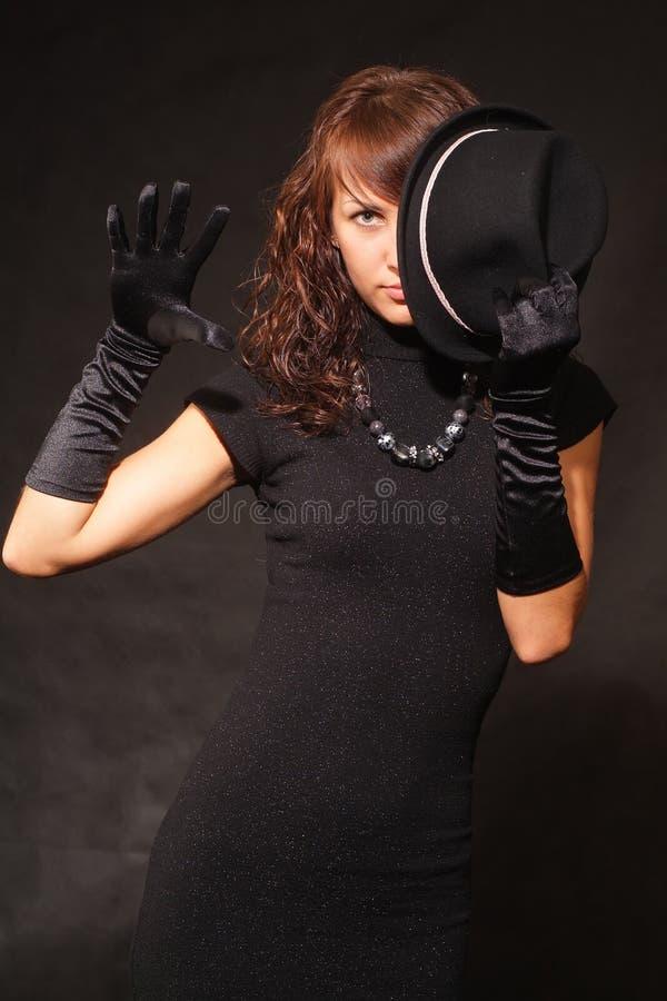 La fille dans des vêtements noirs images stock