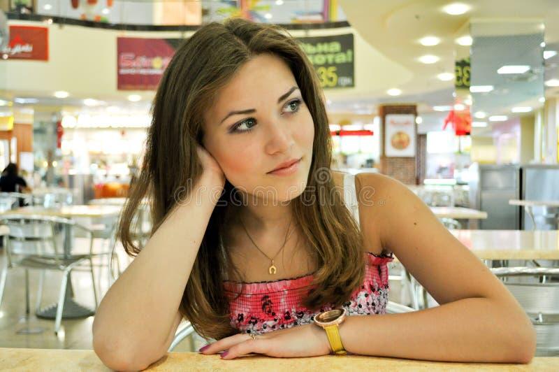 La fille dans le café : délai d'attente images stock