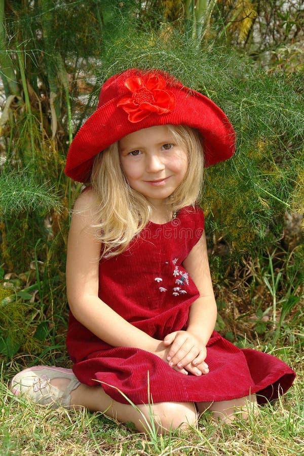 La fille dans le chapeau rouge photographie stock libre de droits