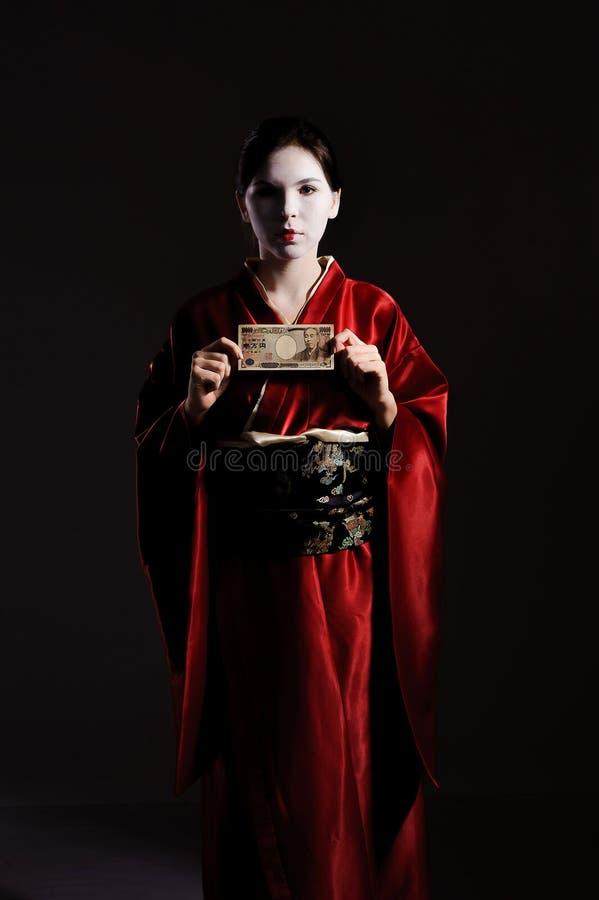 La fille dans le costume indigène du geisha japonais photographie stock