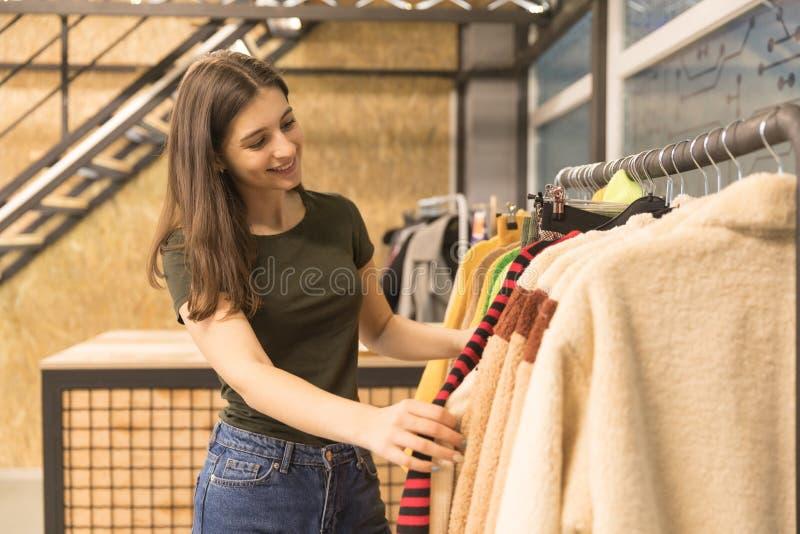 La fille dans le magasin choisit son survêtement image libre de droits
