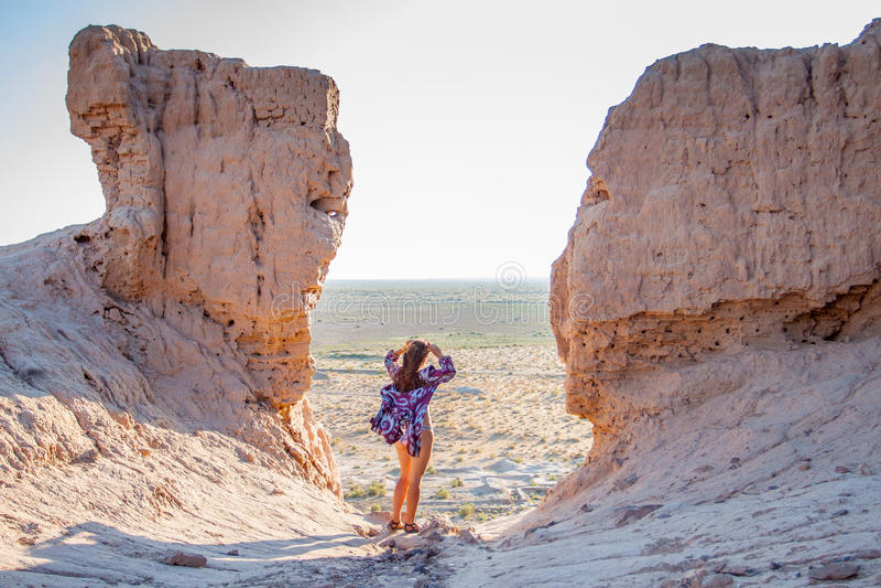 La fille dans le maillot de bain au bord de la forteresse photos libres de droits