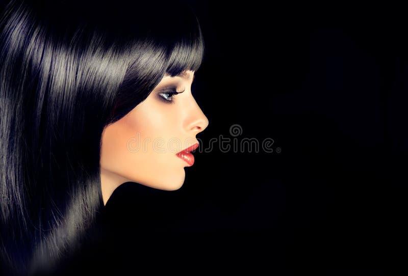 La fille dans le profil avec les cheveux brillants droits noirs images libres de droits