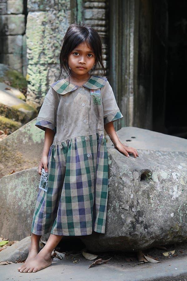 La fille dans les ruines d'Angkor Vat image stock