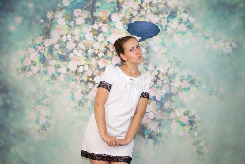 La fille dans la pensée blanche de robe images libres de droits