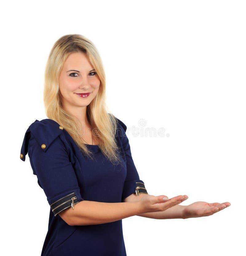 La fille dans la robe foncée tenant quelque chose dans des ses mains photo libre de droits