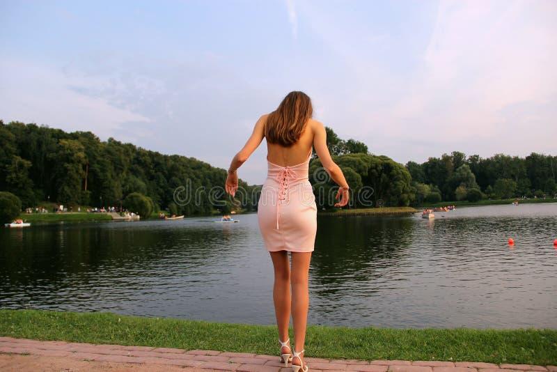 La fille dans la robe rose en parc Tsaritsyno image stock