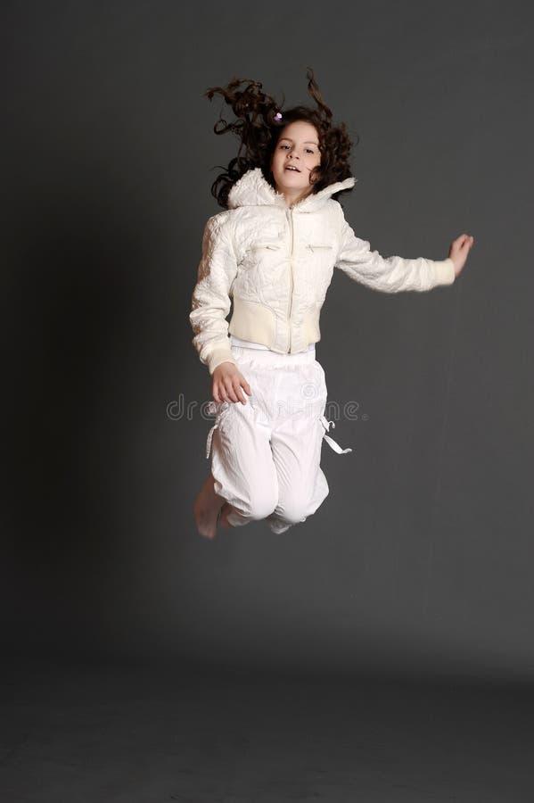 La fille dans sauter blanc de robe images libres de droits
