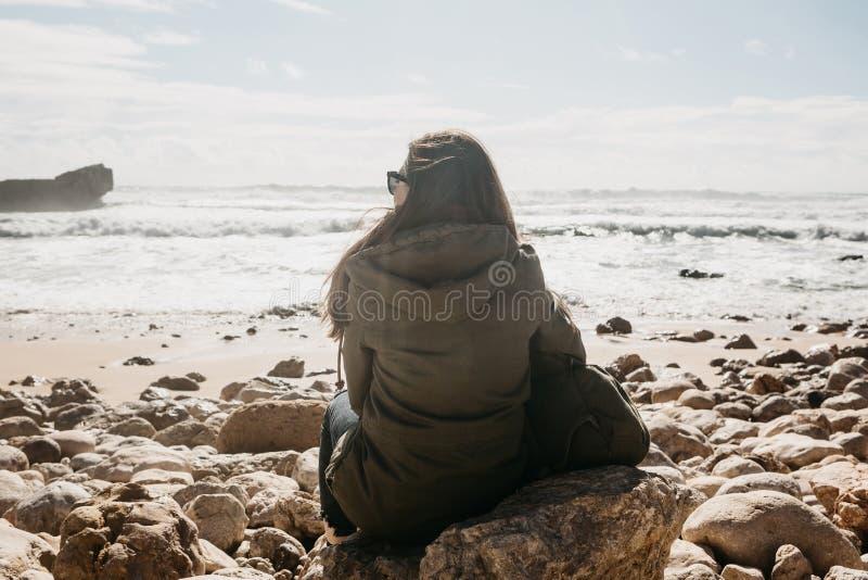 La fille dans la solitude admire une belle vue de l'Océan Atlantique photo libre de droits