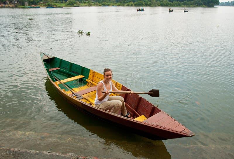 La fille dans un bateau photo stock
