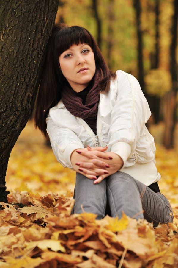 La fille dans une forêt d'automne photo stock