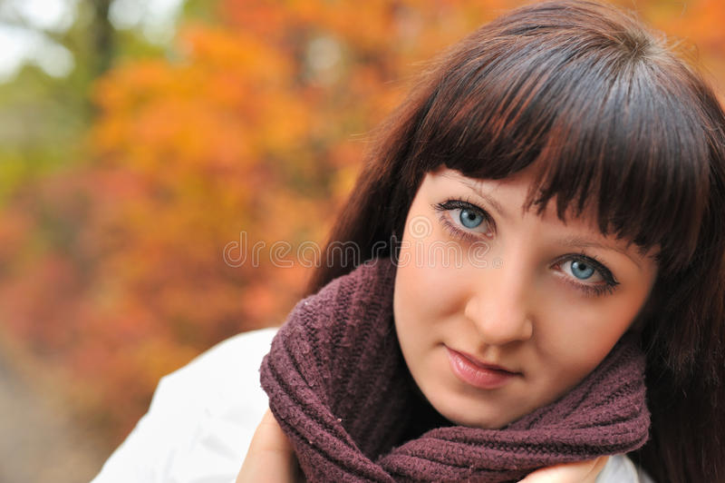 La fille dans une forêt d'automne photos stock