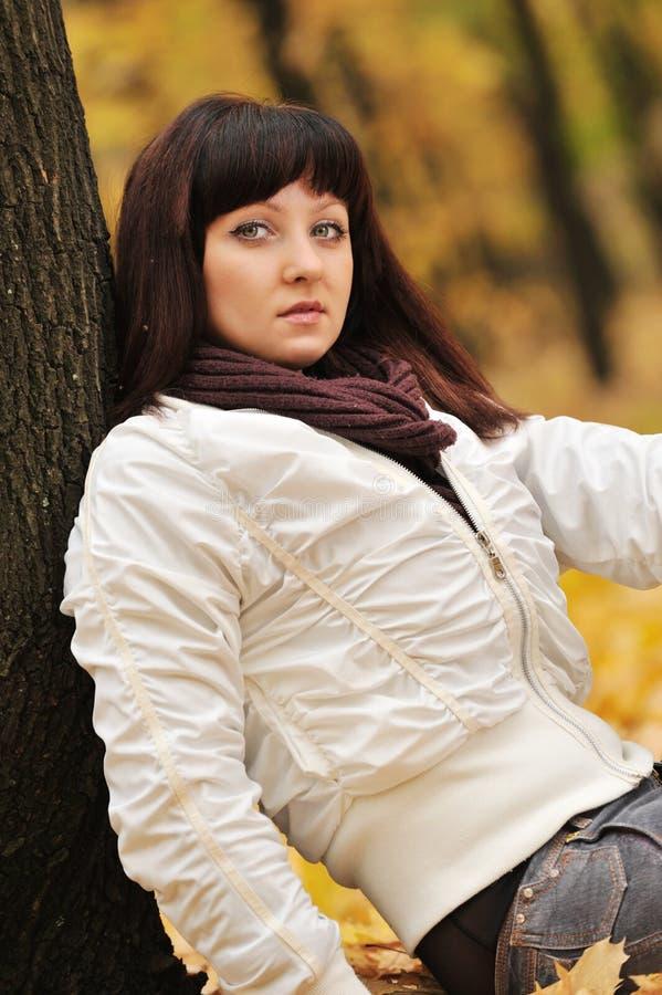 La fille dans une forêt d'automne images libres de droits