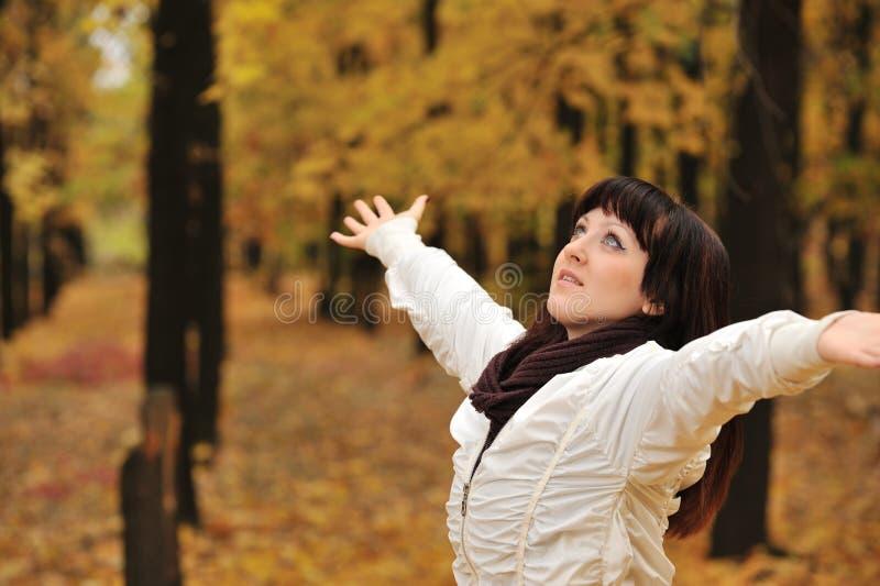 La fille dans une forêt d'automne images stock