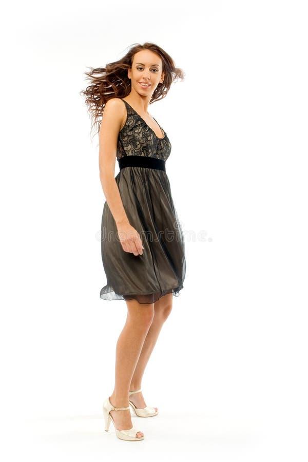 La fille dans une petite robe noire image stock