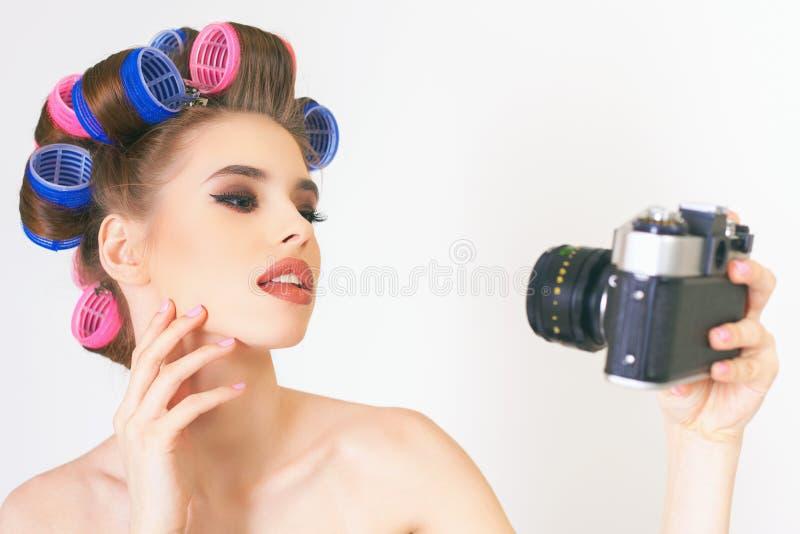 La fille de beauté font un selfie de foto à l'appareil-photo de vintage photo stock