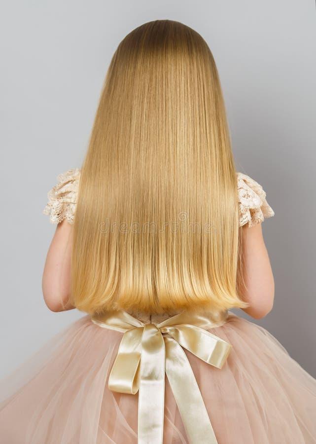La fille a de beaux cheveux d'or droits photo stock