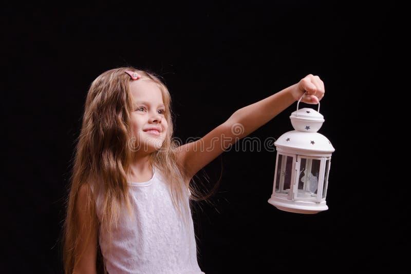 La fille de cinq ans brille le chandelier photographie stock libre de droits