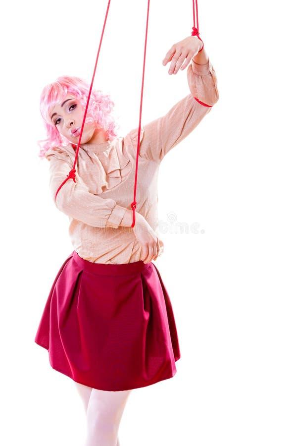 La fille de femme a stylisé comme la marionnette de marionnette sur la ficelle photographie stock