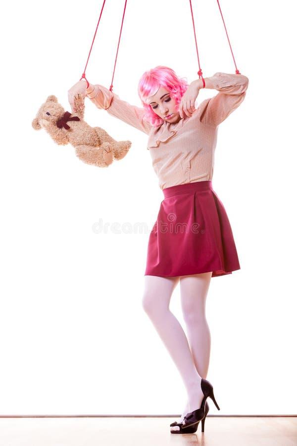 La fille de femme a stylisé comme la marionnette de marionnette sur la ficelle image libre de droits