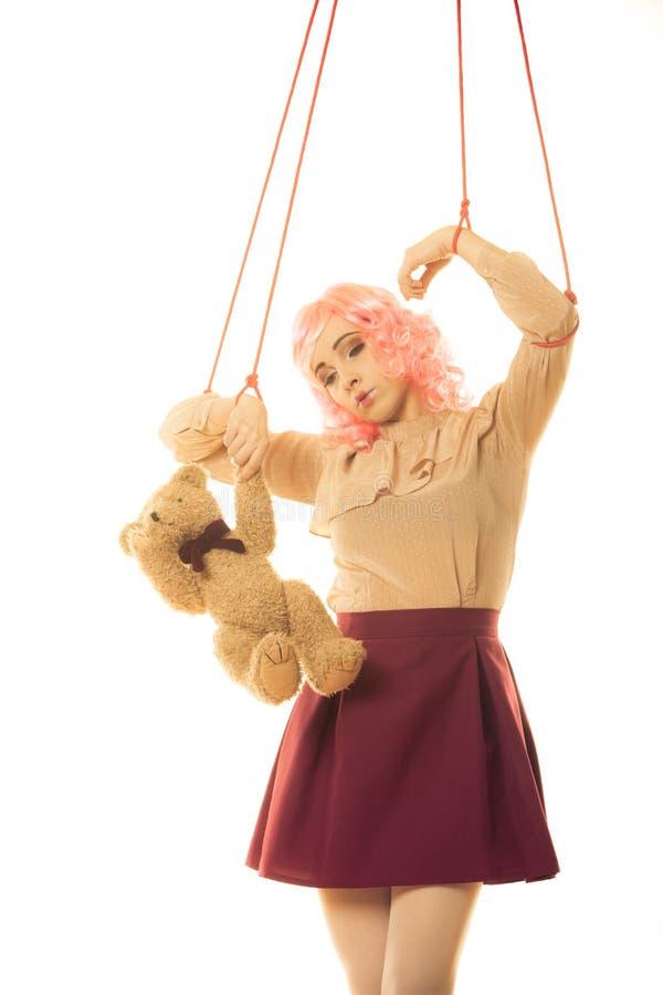 La fille de femme a stylisé comme la marionnette de marionnette sur la ficelle photo stock