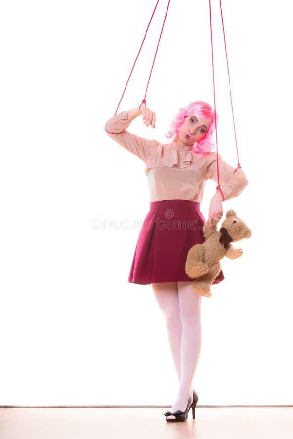 La fille de femme a stylisé comme la marionnette de marionnette sur la ficelle images libres de droits