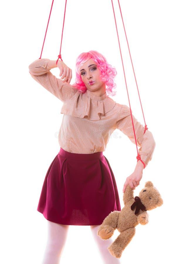 La fille de femme a stylisé comme la marionnette de marionnette sur la ficelle photo libre de droits