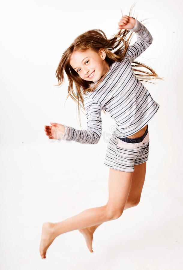 la fille de fond saute le blanc photos libres de droits