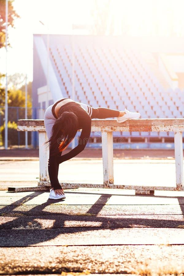La fille de forme physique sur le stade, femmes sportives dans le costume de sport, s'exercent photos stock