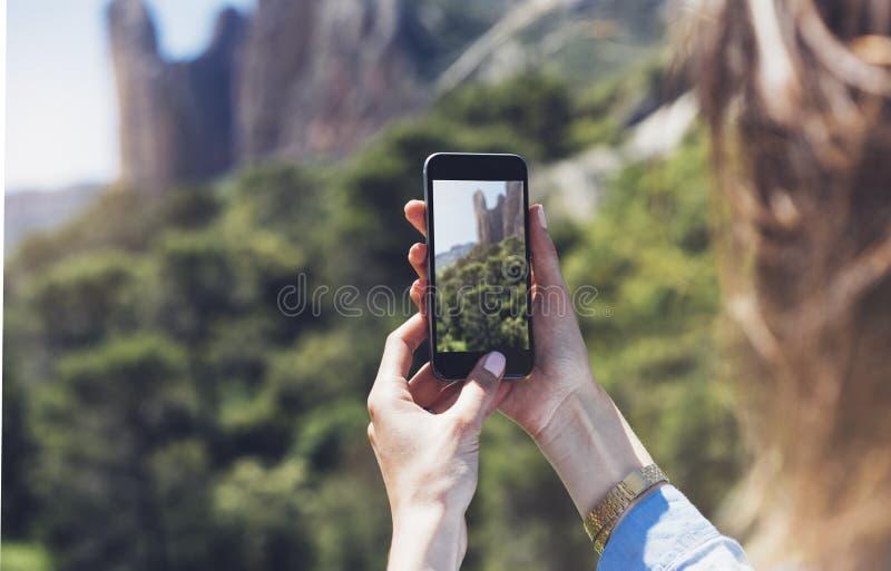 La fille de hippie faisant la photo sur le plan rapproché mobile de smartphone, mains de touristes de vue utilisant l'instrument  image stock