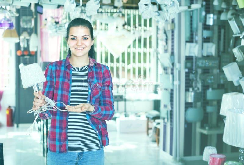 La fille de jeune client dans une boutique plus légère est choix élégant et mode photographie stock