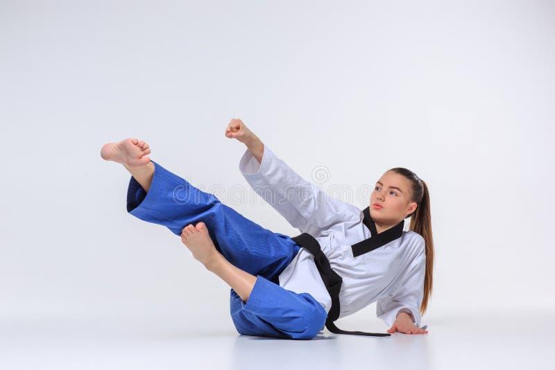 La fille de karaté avec la ceinture noire photographie stock