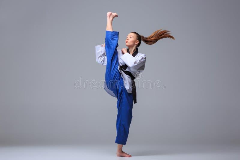 La fille de karaté avec la ceinture noire images stock