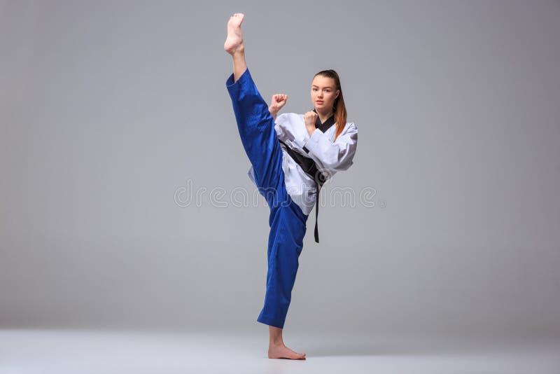 La fille de karaté avec la ceinture noire image libre de droits