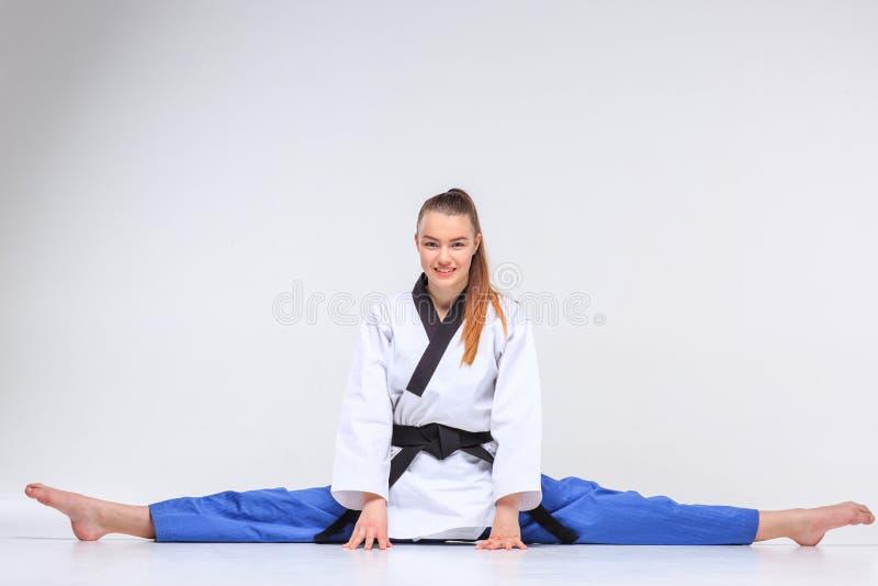 La fille de karaté avec la ceinture noire image stock