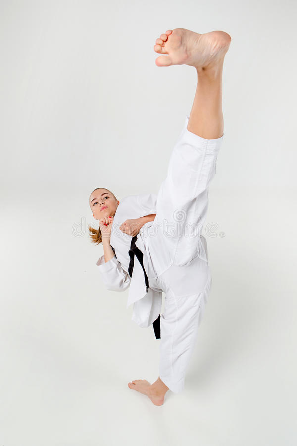 La fille de karaté avec la ceinture noire photo libre de droits