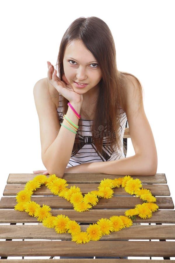 La fille de l'adolescence 15 années, faites en jaune fleurit la valentine. image stock