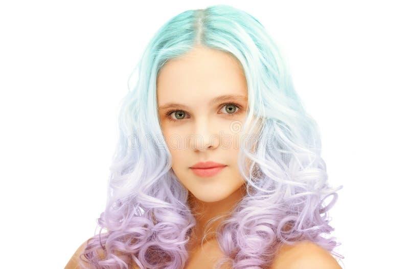 La fille de l'adolescence avec le gradient coloré à la mode a teint des cheveux photos libres de droits