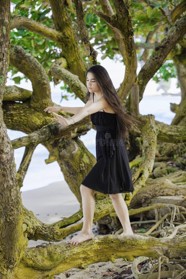 La fille de l'adolescence Biracial s'élevant sur s'étendre s'embranche au Hawaïen soit image stock