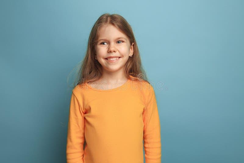 La fille de l'adolescence blonde émotive ont un regard de bonheur et un sourire toothy Projectile de studio images libres de droits
