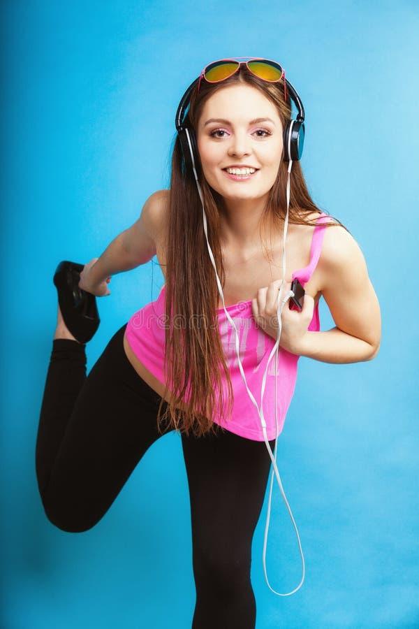 La fille de l'adolescence de mode écoutent la musique mp3 détendent heureux et la danse photo stock
