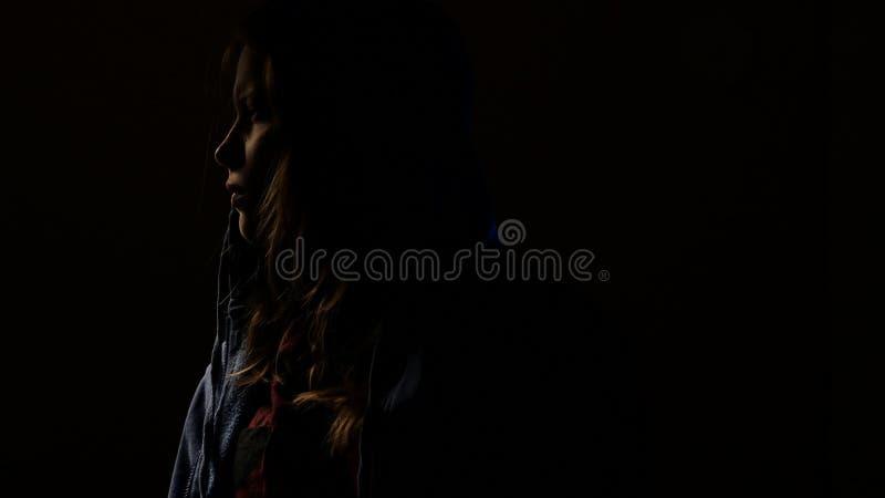 La fille de l'adolescence est criarde dans la chambre noire 4k UHD clips vidéos