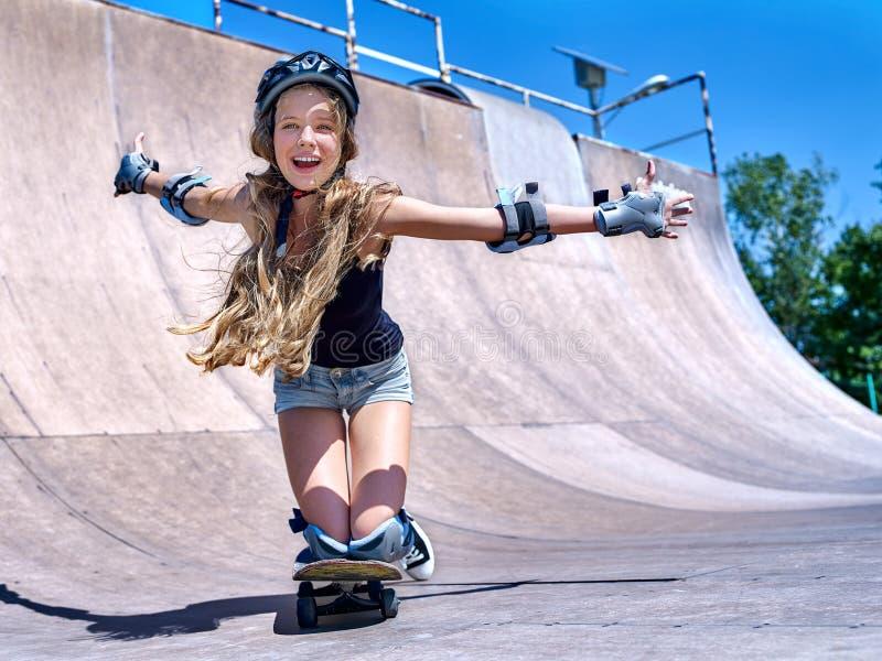 La fille de l'adolescence monte sa planche à roulettes photographie stock libre de droits
