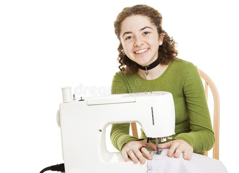 La fille de l'adolescence a plaisir la couture photos stock