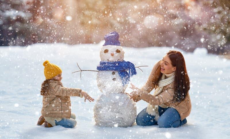 La fille de mère et d'enfant un hiver marchent en nature photos stock