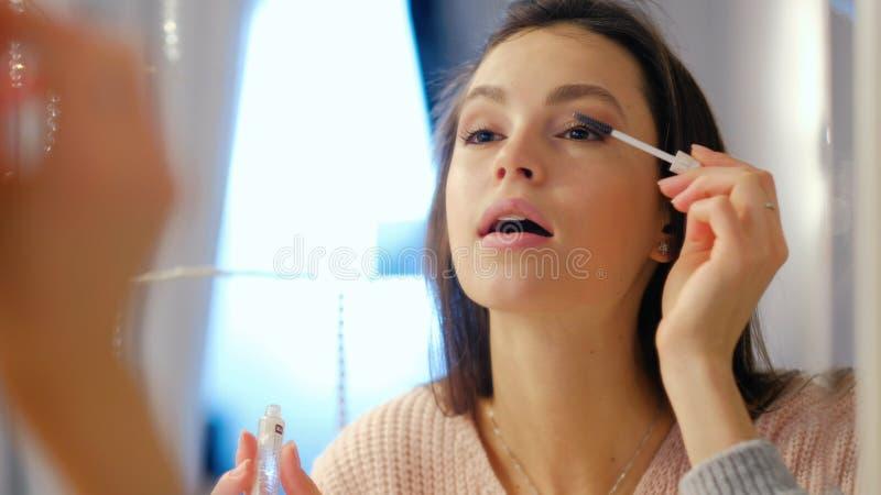 La fille de mode de vie de charme de maquillage de beauté appliquent le mascara photo stock