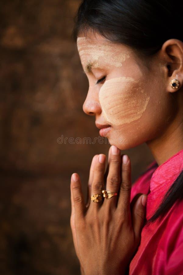 La fille de Myanmar prie images libres de droits